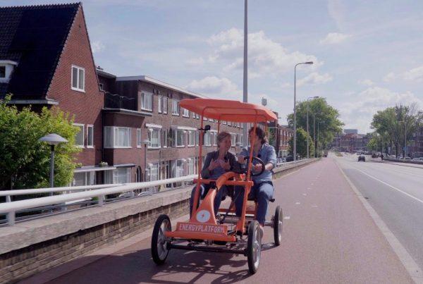 Samen op een oranje fiets door Utrecht