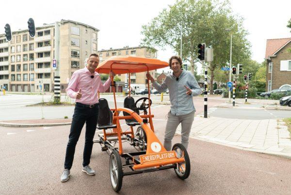 Gert-Jan en Tijs met de oranje fiets in Utrecht, pratend over duurzame inzerbaarheid